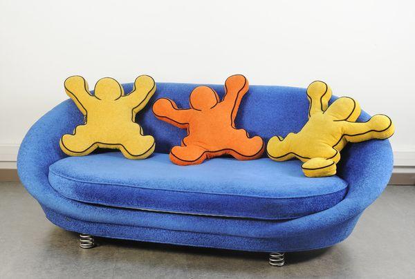 Canapé bleu velours d'après Keith Haring