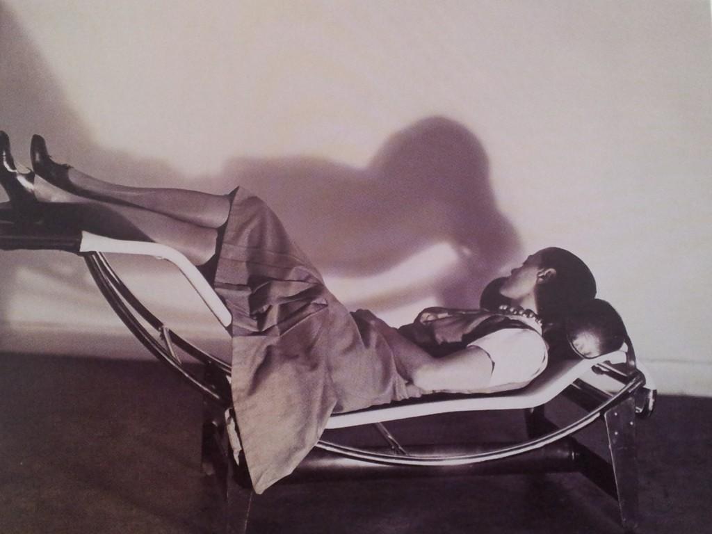 Charlotte Perriand se détend sur la chaise longue à réglage continu, 1928. Cliché Pierre Jeanneret