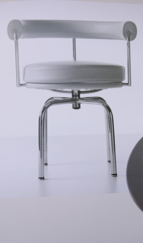 fauteuil lc 7 si ge tournant charlotte perriand 1927 produit par cassina depuis 1978 art. Black Bedroom Furniture Sets. Home Design Ideas