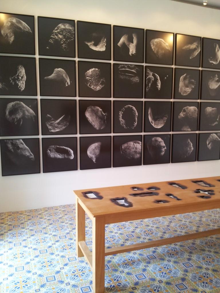 Biasiucci / Paladino, au centre oeuvre de Paladino : Tavolo, 1990