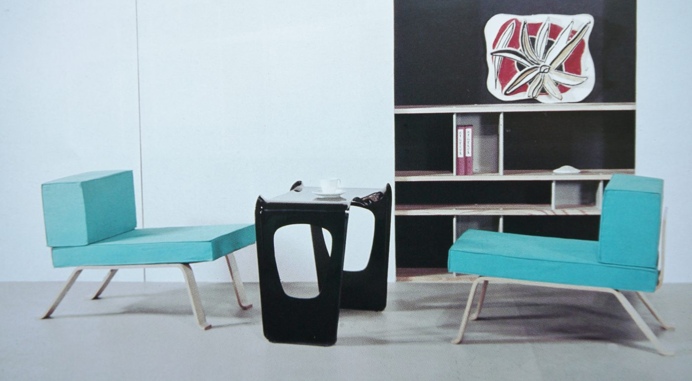 "Charlotte Perriand, Exposition "" Proposition d'une synthèse des arts "", Tokyo, 1955. Fauteuils empilables OMBRE, table empilable AIR FRANCE."