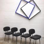 4 chaises skai noir, tableau Gael Bourmaud, Hommage à l'Angélus