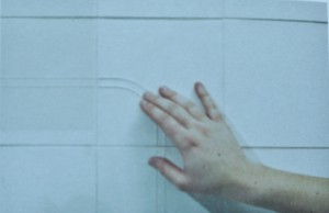 Jonathan Deloy et Tatiana Hossein, The Sensory Bathroom, 2012 - lignes de repère au mur