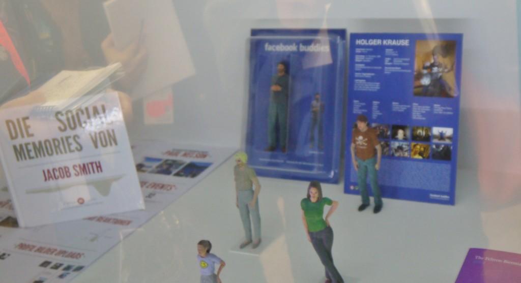 Lukas Loss, Facebook Buddies, poupées imprimées en 3D d'après les données d'utlisateurs de Facebook - A gauche Social Memories : livre photo personnalisé à partir d'un compte Facebook, Deutsche Post DHL, 2011