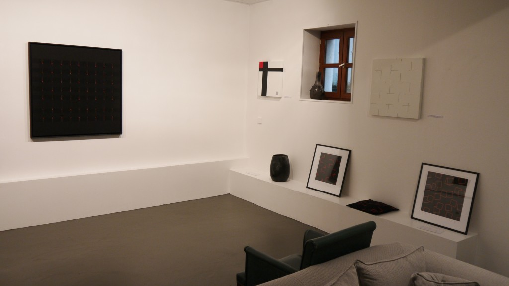 Sur le mur principal, face au canapé, oeuvre d'Alberte Garibbo, sur le mur de droite œuvres de Michel Jouët et Judith NEM'S