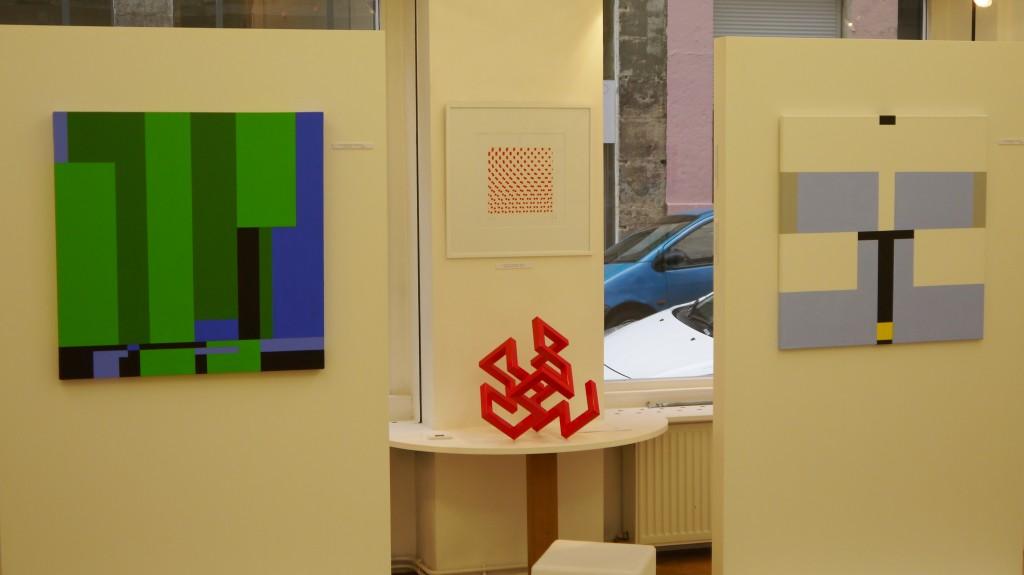 Au premier plan, à gauche et à droite, tableaux de Judith NEM'S ; au fond tableau et sculpture rouge de Michel Jouët,
