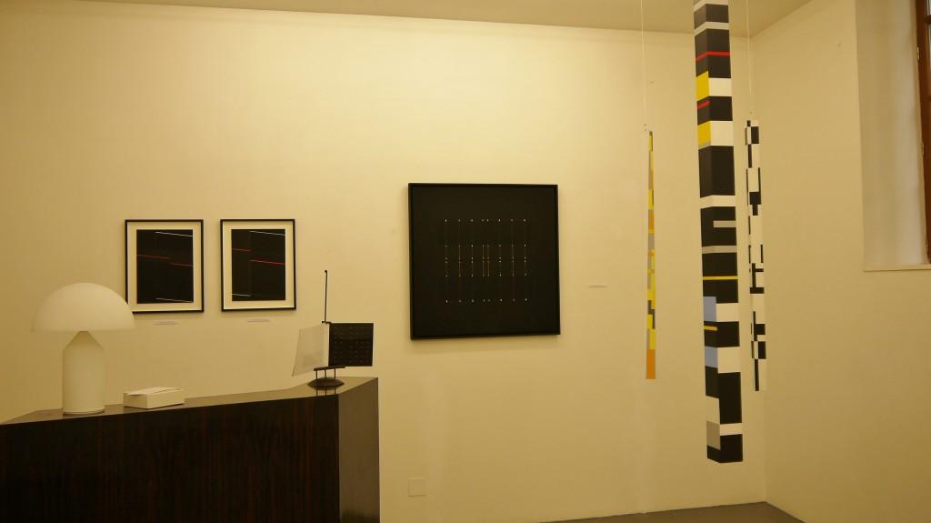 Au mur œuvres d'Alberte Garribo, à droite sculptures suspendues de Judith NEM'S