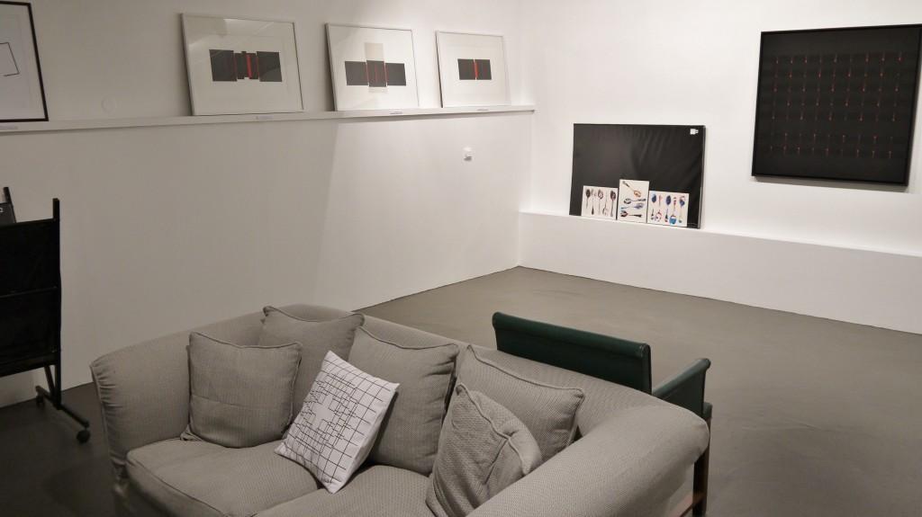 Vue générale de l'exposition, dans une ambiance chaleureuse, au mur tableaux d'Alberte