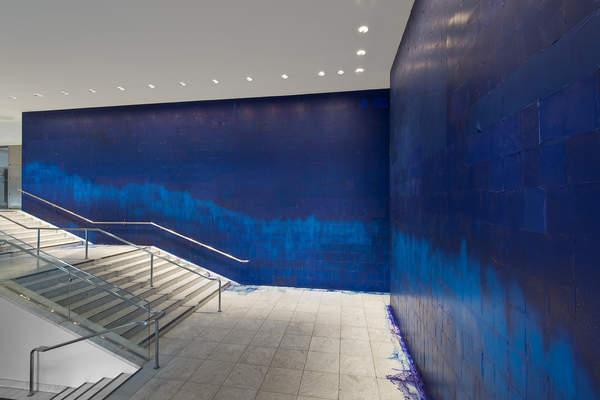 Latifia Echakhch, A chaque stencil une révolution, 2007, vue de l'installation au Hammer Museum, photographie par Brian Forrest