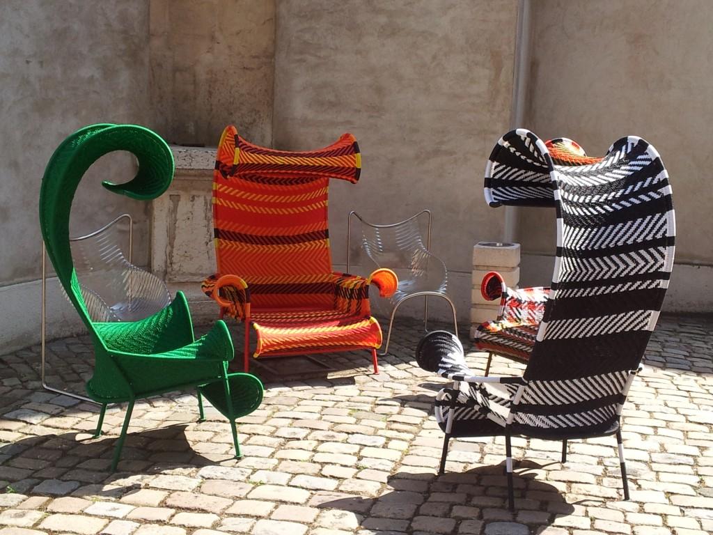 Dans la cour du Musée des Tissus et des Arts Décoratifs de Lyon, fauteuils outdoor Shadowy, designer : Tord Boontje pour Moroso