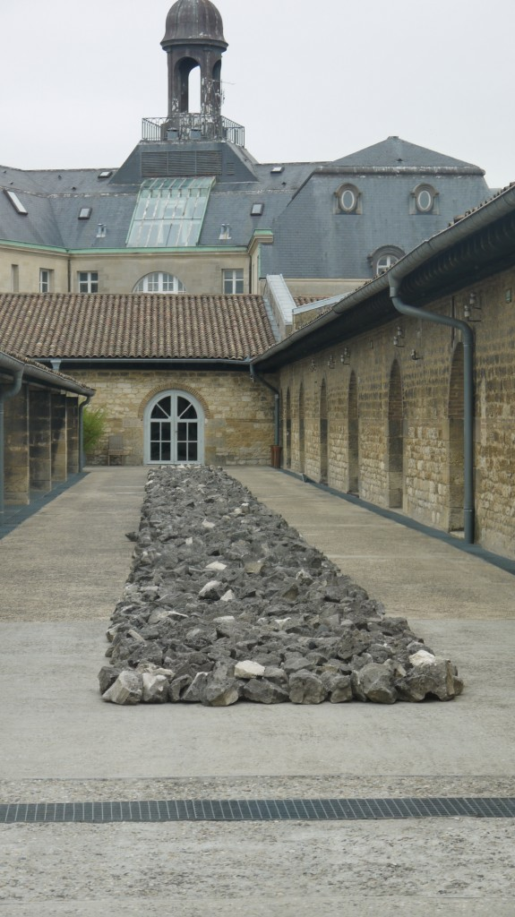CAPC, toit du musée, Richard Long, White Rock Line, 1990