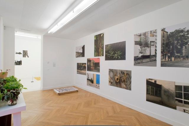 Vue de l'exposition, au mur photographies de Simon Boudvin