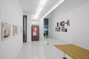 """Vue de l'exposition """"Singularités partagées"""". Au premier plan à droite, """"tapis d'épices"""" : Laurent Mareschal, installation, épices, linoleum, 2011."""