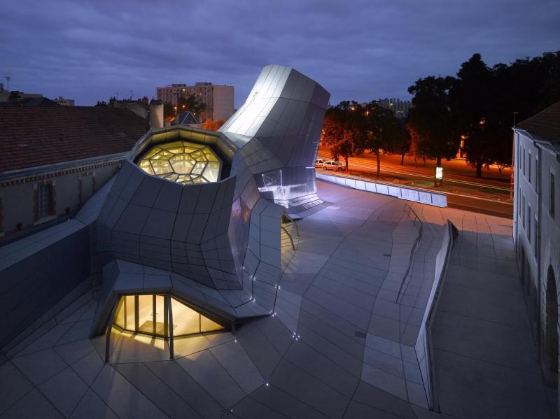 le FRAC Centre, de nuit, avec le dispositif d'éclairage spécialement conçu. Les Turbulences - Frac Centre © Jakob + MacFarlane Artistes associés - Electronic Shadow Photo : Roland Halbe