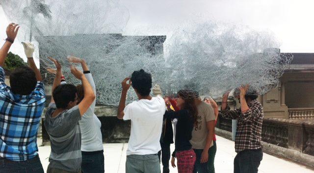 """Yona Friedman, Prototype improvisé de type """"nuage"""", 2009 Collection 49 Nord 6 Est – Frac Lorraine, Metz (FR) Réalisation de l'œuvre par des étudiants à Rio de Janeiro, BR, 2013 Photo : Tempo Festival © Y. Friedman"""