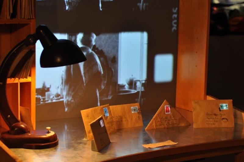 Mikhail Margolis, vue des enveloppes intercatives posées sur le bureau