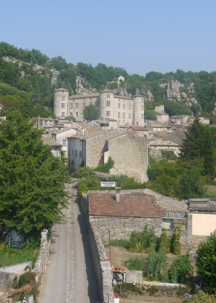 Le Château de Vogüé surplombe le village du même nom. En contrebas, coule l'Ardèche.