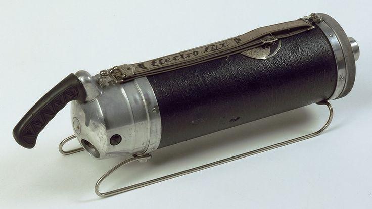 Electrolux, aspirateur (et accessoires) S 1028 1930 - 1932. Corps en métal. Gainage façon cuir. Poignées et bretelles de portage