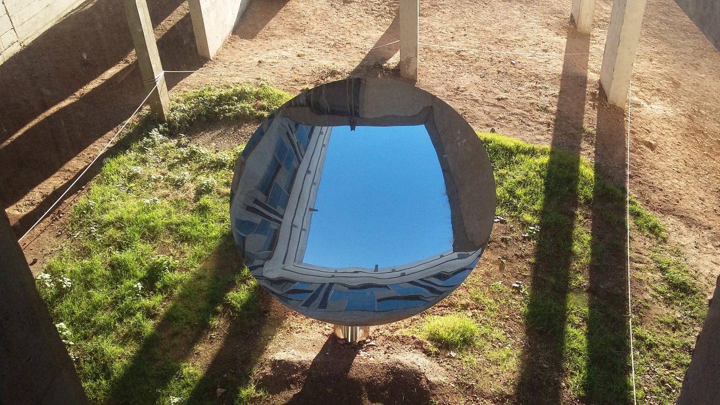 Anish Kapoor chez Le Corbusier, Sky mirror. Vue de l'oeuvre depuis l'intérieur du couvent. La forme rectangulaire du couvent se reflète dans la lucarne concave du miroir. Photographie ©FrançoisBoutard