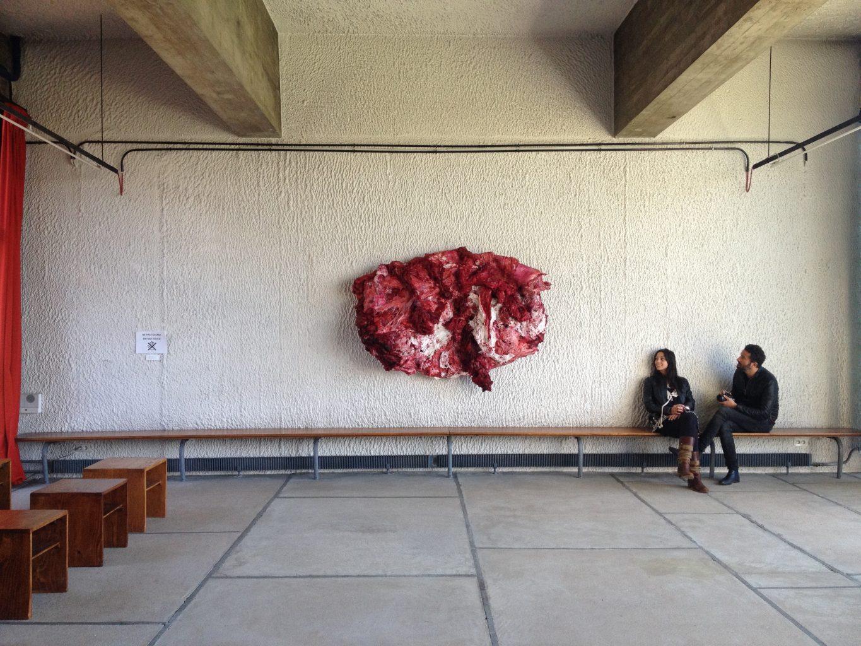 Anish Kapoor, Disrobe. L'oeuvre dans son élément, celui du réfectoire du couvent. Photographie site www.lemondedecodecharline.wordpress