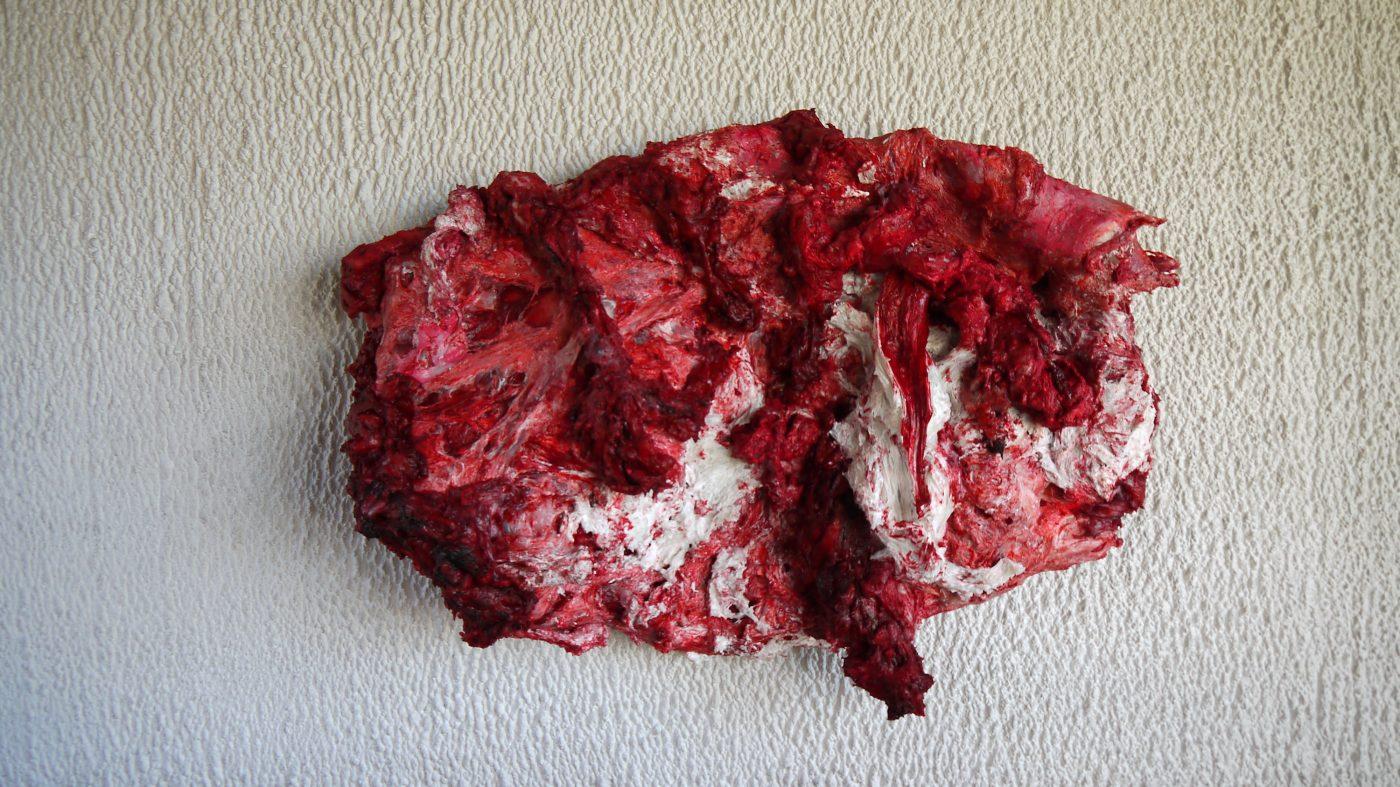 Anish Kapoor chez Le Corbusier, Disrobe, 2013. Photographie ©FrançoisBoutard. Interaction forte entre la nudité grumeleuse du mur et la cire rouge qu'emploie souvent l'artiste. Une invitation pour nous rappeler que la chair, notre corps cohabite avec le spirituel, l'esprit représenté par les œuvres contemplatives de l'exposition comme le miroir.