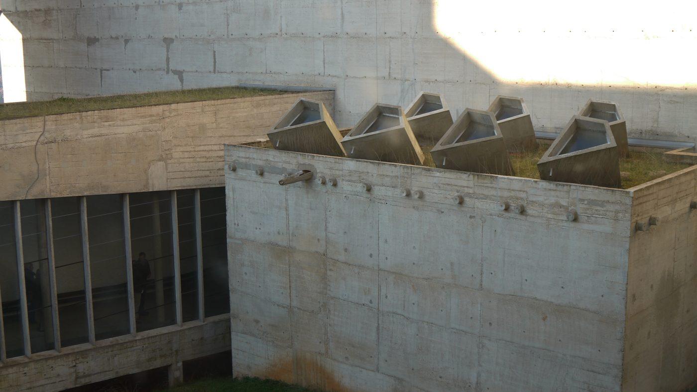 L'architecture extérieure du toit de la chapelle du Couvent de la Tourette. Photographie ©FrançoisBoutard