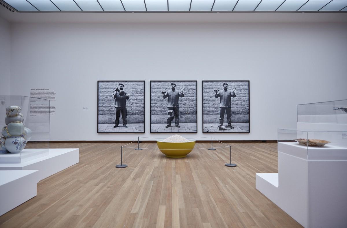 Ai Weiwei, Bowl of pearls, 2006 et Dropping a Han Dynasty Urn, 1995. Vue de l'exposition Ceramix au Bonnefanten Museum.
