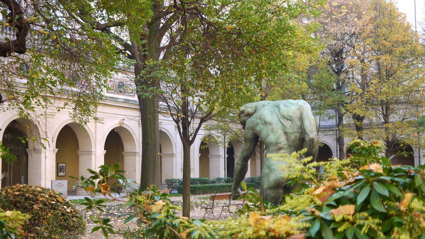 Le jardin du musée des Beaux-Arts de Lyon qui correspond à l'ancien cloître de l'abbaye du XVIIe siècle.