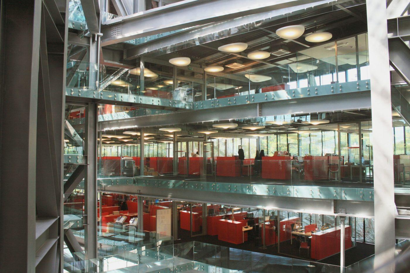 L'interieur du bâtiment, une ode au verre et à la transparence