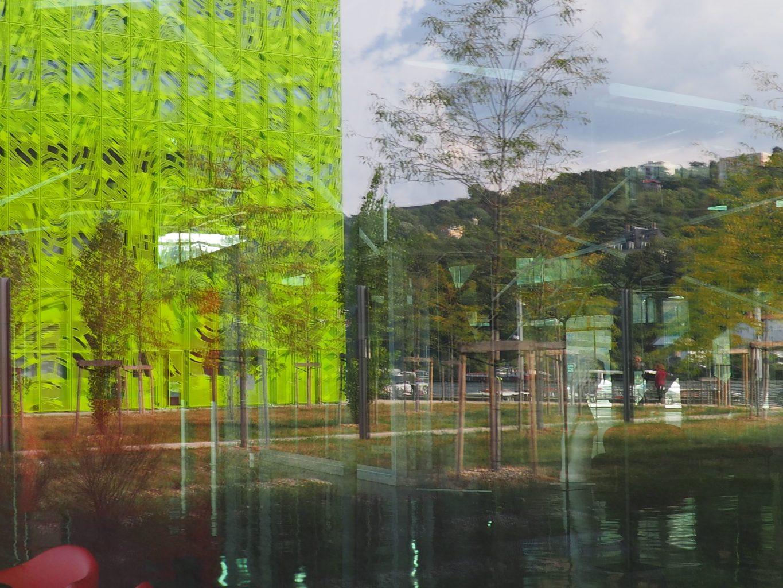 """Guillaume Bourdon, travail sur les reflets dans le bâtiment qui abrite Docks Art Fair. Vue sur le """"cube vert"""" de la société Euronews"""