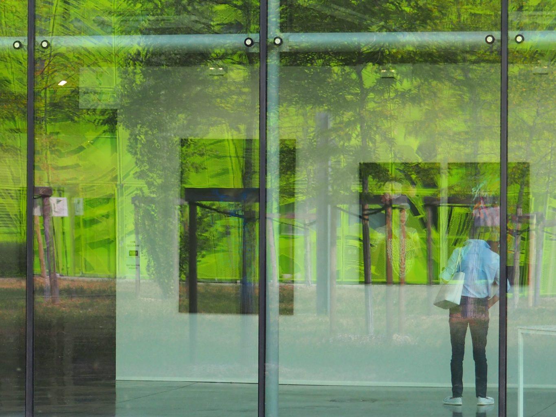 Guillaume Bourdon, travail sur les reflets dans le bâtiment qui abrite Docks Art Fair, siège de la société GL Events. Dialogue avec les oeuvres exposées