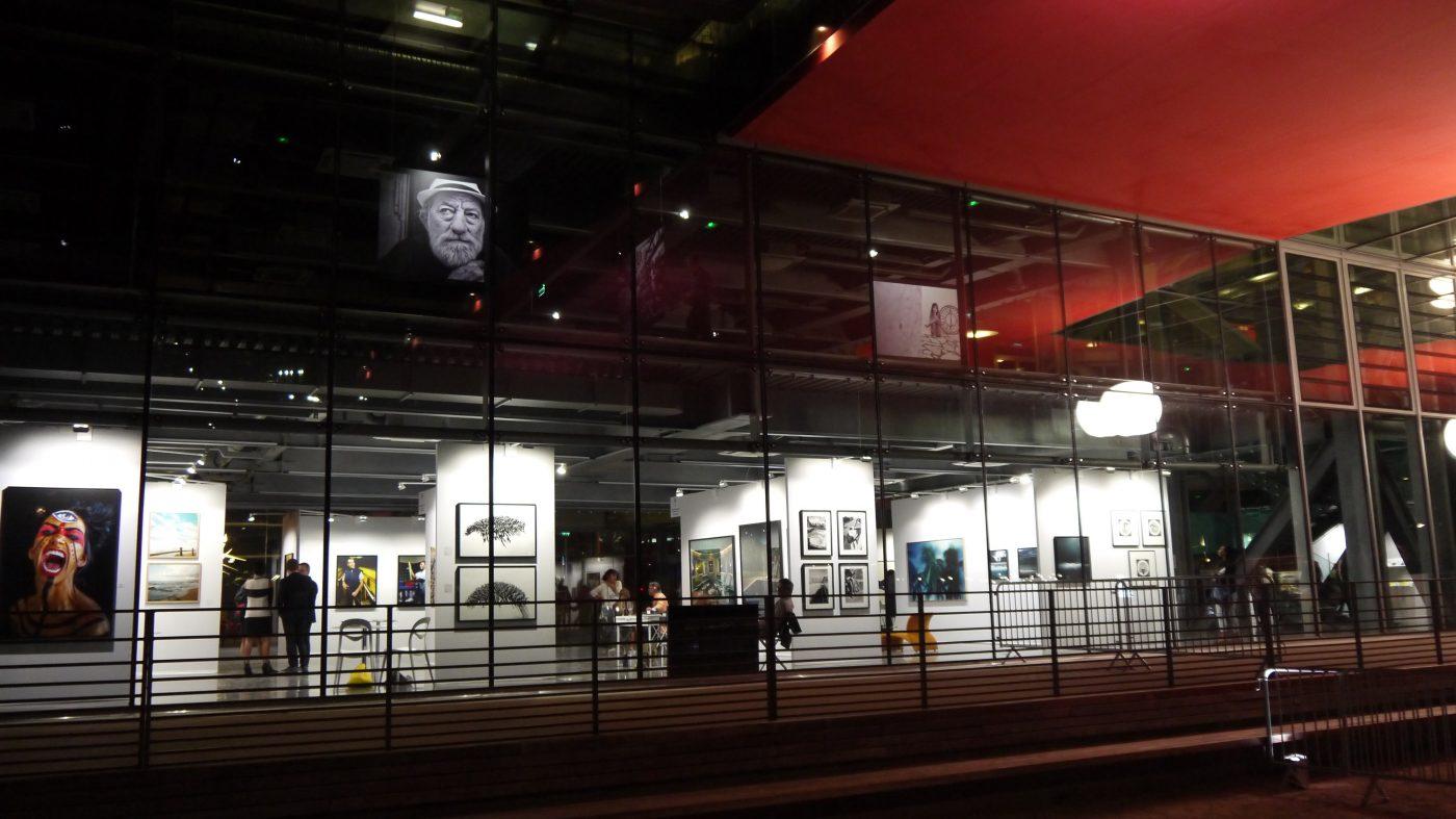 Le bâtiment qui accueille Docks Art Fair se prête admirablement au jeu de la transparence et des reflets