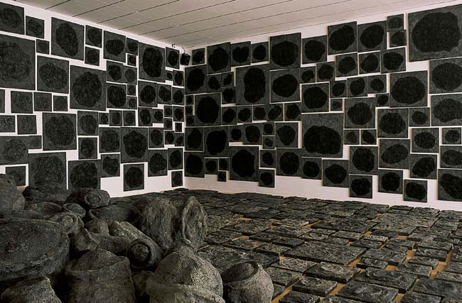 Jean-Luc Parant, Eboulement, oeuvre en progression. Vue de l'installation au MAC Lyon, exposition Le Bonheur de Deviner Peu à Peu