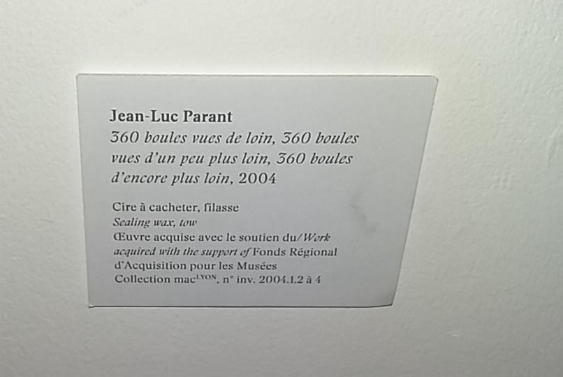 Jean-Luc Parant, cartel de l'oeuvre 360 boules vues de loin, 360 boules vues d'un peu plus loin, 360 boules d'encore plus loin, 2004. Exposition Le Bonheur de Deviner Peu à Peu au MAC Lyon