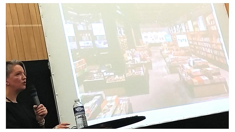 Laura Wright présentant une diapositive du coin librairie de la Switch House