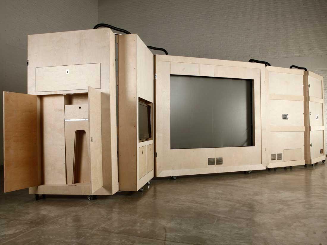 Naihan Li, collection The Crates, salon tv meublé. Une unité mobile qui rappelle furieusement les unités mobiles d'habitation concues par Joe Colombo à la fin de sa carrière ? Photo via site blog.gesssato.com