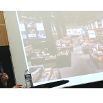 Laura Wright présentant un visuel du coin librairie de la Switch House