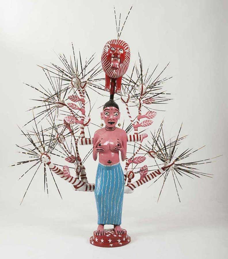 John Goba, Aria Baby, 2013. bois peint et épines de porc-épic, 157x160x110cm. ©galeriedegbomey.com