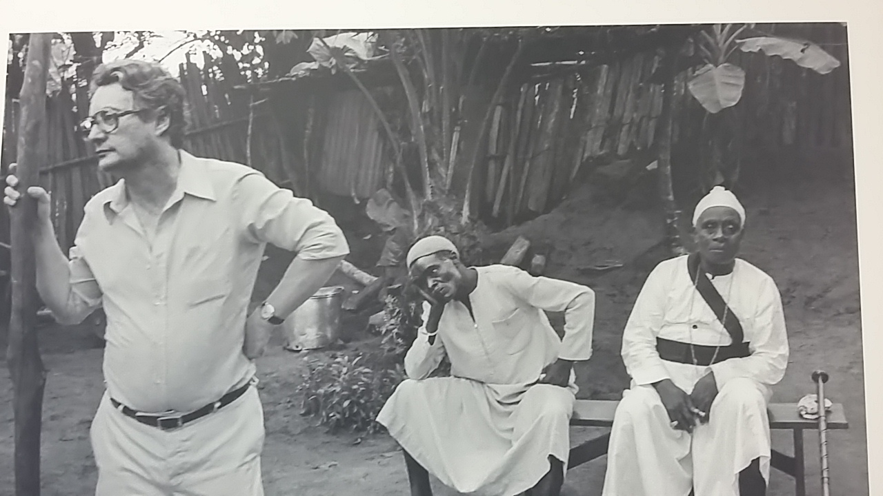 Marc Augé durant un de ses voyages d'anthropologue en Afrique Noire.