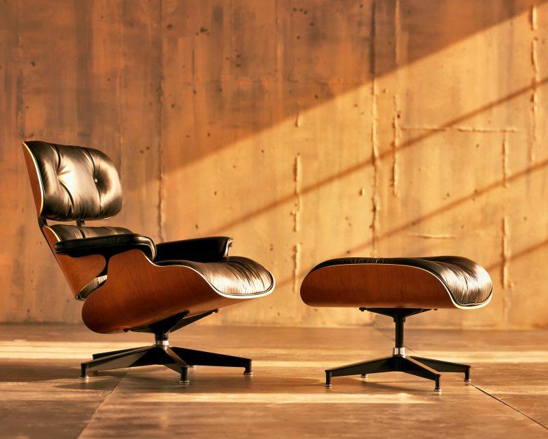 Fauteuil Lounge et repose-pieds Ottoman, design Charles & Ray Eames, 1956. Le modèle commercialisé de nos jours dans la collection de l'éditeur Herman Miller.