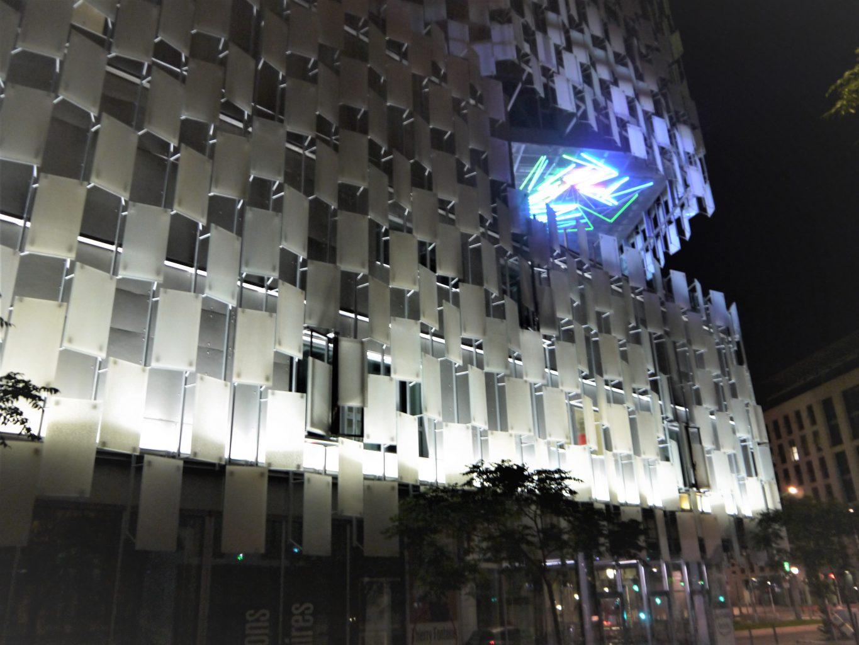 FRAC PACA, une des façades la nuit.