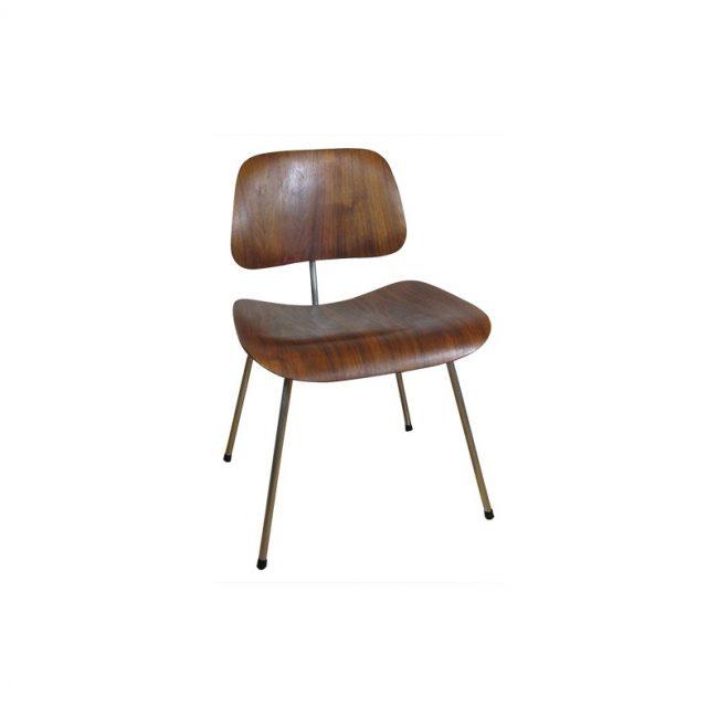 Charles et Ray Eames. Chaise DCM 1ère édition,1946. Les Eames expérimentent l'assemblage de pièces en contreplaqué moulé