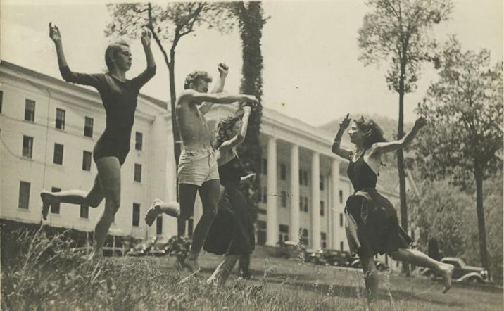 Sue Spayth (à gauche) et des étudiants inconnus. En arrière-plan, le 1er bâtiment historique du Black Mountain College, utilisé de 1933 à 1941, le Robert E. Lee Hall Lee Hall, Blue Ridge Campus.