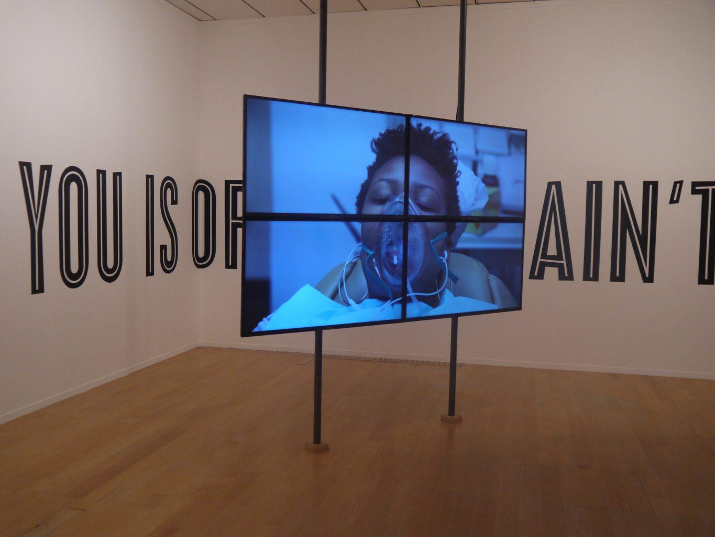 Vue de l'exposition Los Angeles, une fiction, au MAC Lyon. Installation video de Martine Syms, Laughing-Gas, 2016
