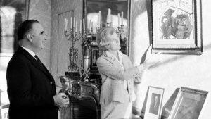 Claude et Georges Pompidou échangeant devant un tableau