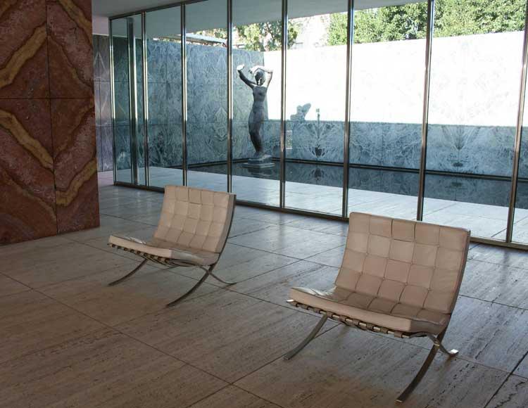 L'intérieur du pavillon allemand avec les chauffeuses Barcelona