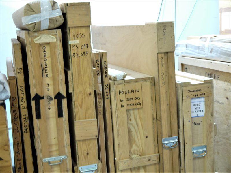 Les œuvres sont conservées dans des caisses en bois, un moyen également de les transporter.