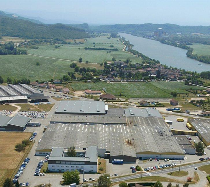 Vue aérienne du siège social de Ligne Roset, village de Briord sur la rive droite du Rhône