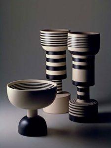 3 vases en céramique, Ettore Sottsass, 1982 pour Sestante. Photographie Studio Ballo © Aldo Ballo + Marirosa Toscani Ballo, Milano 1982.