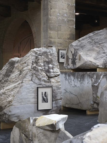 Vue de l'installation de Danh Vo au CAPC, Bordeaux